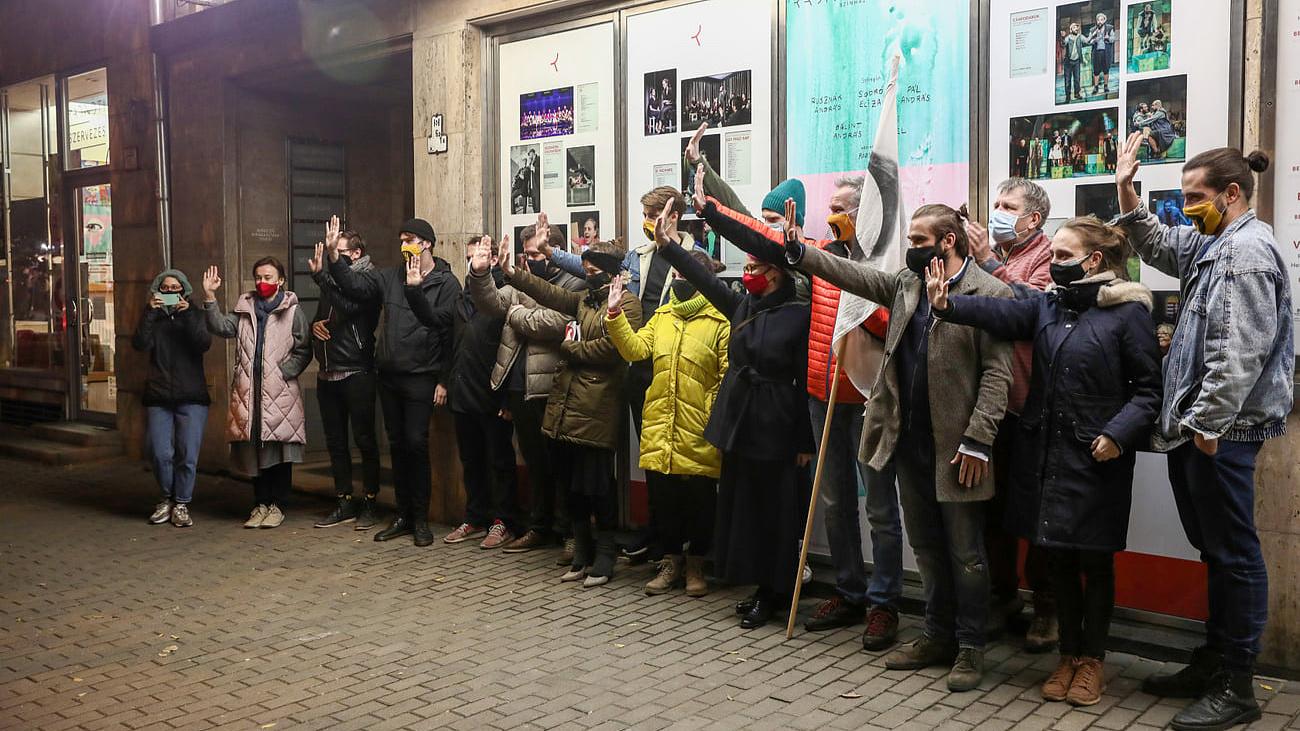 A támogató színházak homlokzatára kerülnek az SZFE molinói
